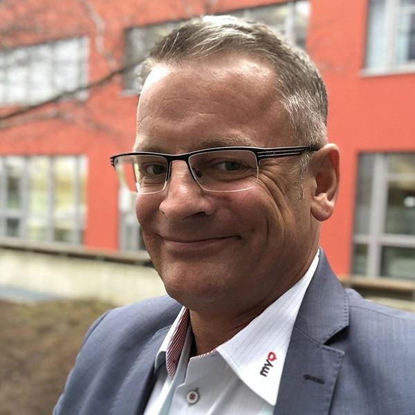 Marco Knöpp  Geschäftsführer MyQ Deutschland GmbH   Marco Knöpp ist Geschäftsführer der MyQ Deutschland GmbH und vertritt mit seinem Team die regionalen Belange der MyQ-Organisation, deren Hauptsitz in Prag ist. Er verfügt über langjährige, fundierte Management-Erfahrung im IT-Bereich (Spezialisierung auf Dokumenten-Management in den letzten zehn Jahren) und hat neben seinem IT-Fachwissen umfassende Erfahrungen aus dem Dienstleistungs- und Beratungsumfeld gesammelt.