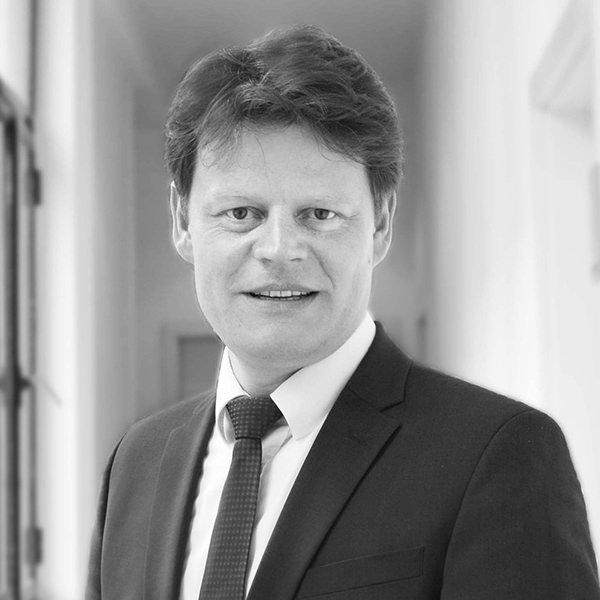 Martin Köppe Leiter bwcon-Geschäftsstelle Ravensburg   Martin Köppe ist Experte für Digitalisierung, Innovation und Förderung und Leiter der bwcon-Geschäftsstelle Ravensburg. Als führende Wirtschaftsinitiative zur Förderung des Innovations- und Hightech-Standortes Baden-Württemberg verbindet Baden-Württemberg: Connected e.V. (bwcon) ca. 700 Unternehmen und Forschungseinrichtungen mit mehr als 6.000 Experten der Bereiche Digitalisierung, Innovation sowie Geschäftsentwicklung und bietet seit über 20 Jahren eine Plattform für die Vernetzung und den Transfer von Erfahrungen, Wissen und Ideen. Die bwcon GmbH bietet Unternehmen eine ganzheitliche Begleitung und geförderte Unterstützung des Digitalisierungs-, Innovations- und Geschäftsentwicklungsprozesses an.