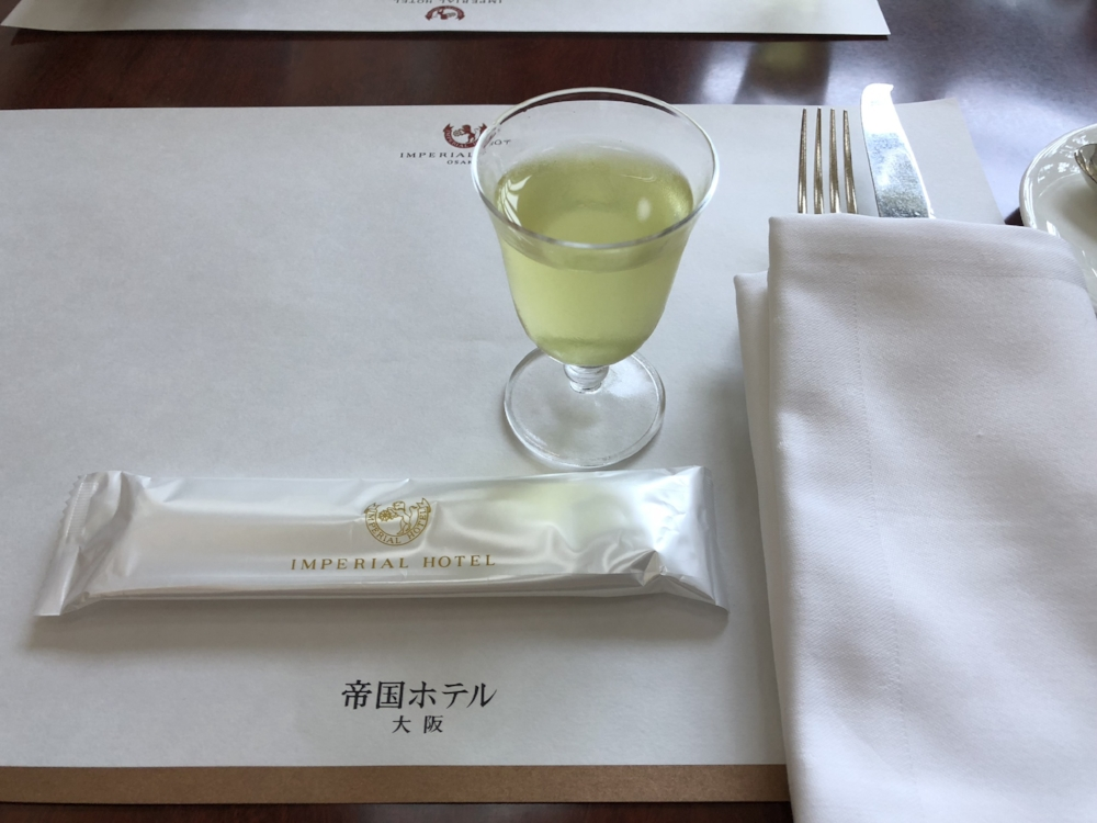 When I took a seat, they served a glass of cold-brew green tea