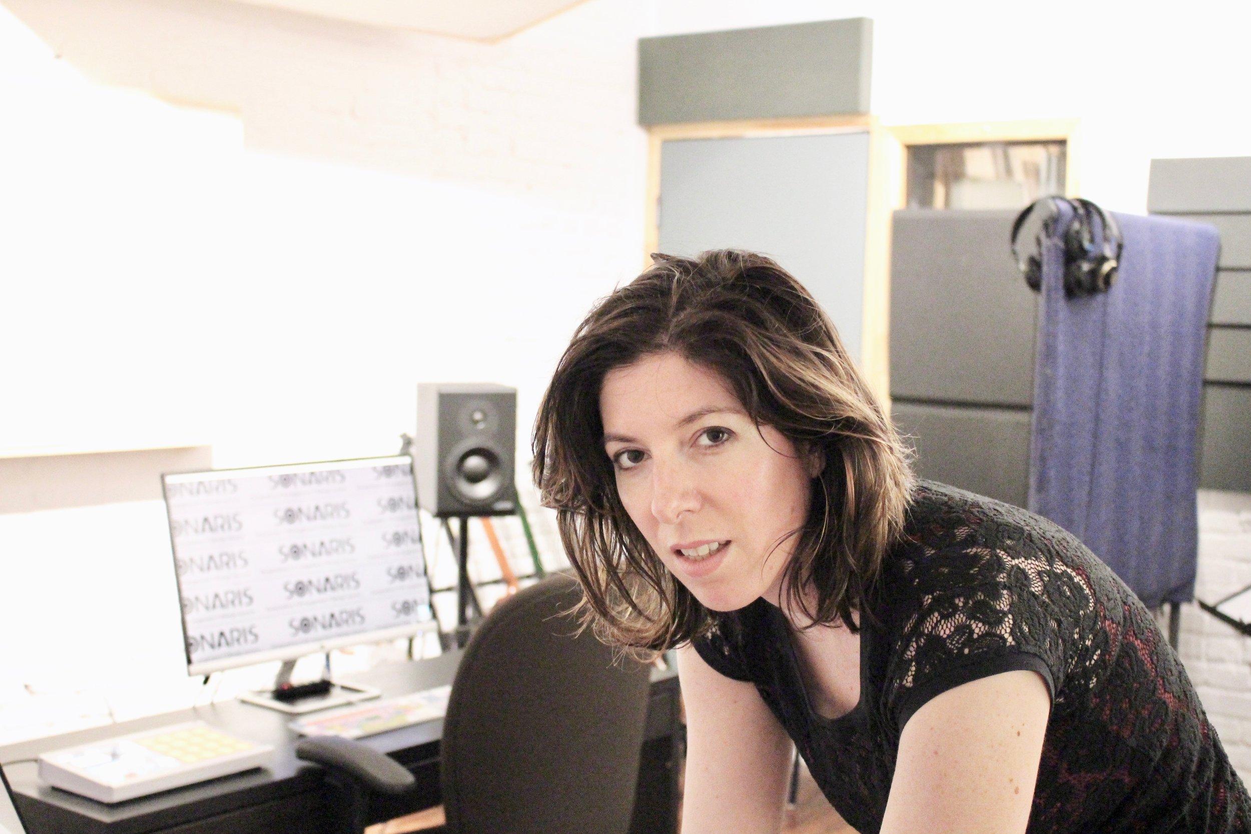 CHANGEONS NOTRE MONDE, UNE ŒUVRE À LA FOIS. - Image : en train de jouer du piano dans mon studio!