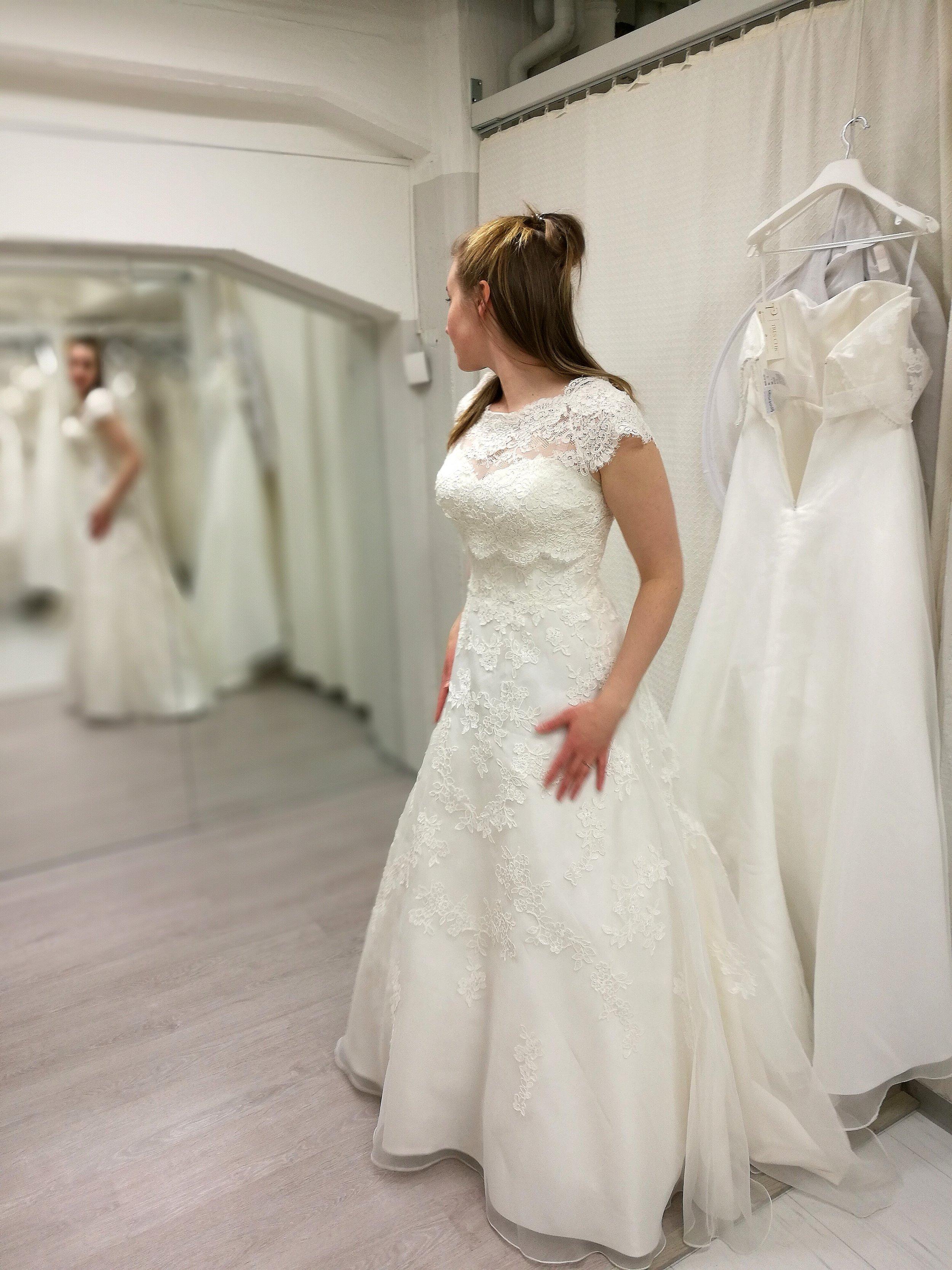 Ensimmäiset järkyttävät hetket hääpuvussa. Mielestäni mekko näytti aivan naamiasasulta, vaikka mekko hyvin kaunis olikin. :)