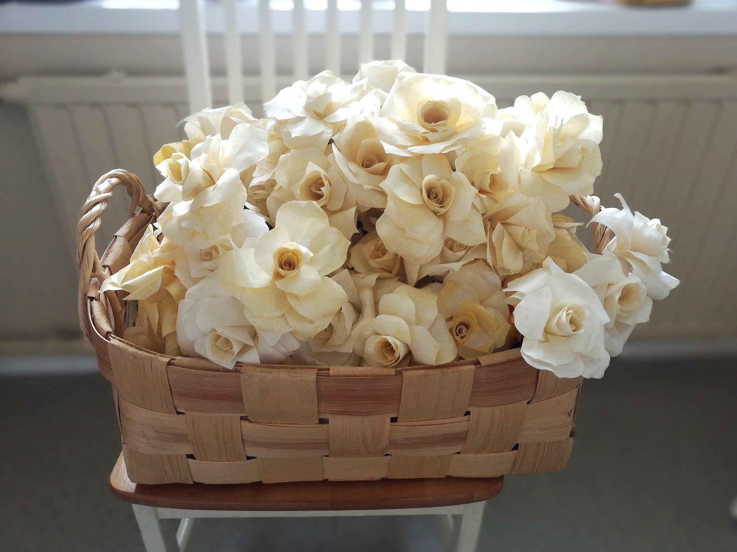 Noin 100 ruusua lähdössä hääpaikalle.