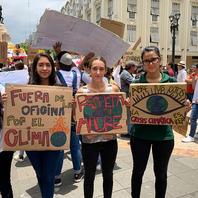 #fridaysforfuture La crisis climática es real 🚨, y ya es momento de que los gobiernos tomen medidas eficientes para garantizar el conservación de nuestros recursos. Para esto es importante hacernos escuchar 📢y defender lo que es nuestro 🌎
