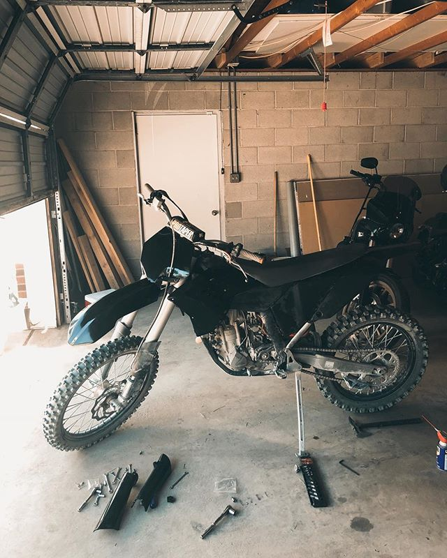 Changing out the plastics to all black cause... duh 🏁🖤. The first thing you'll learn about riding dirt bikes is that you have to learn how to do your own maitenance. Luckily it's all fairly easy stuff and hello, you can YouTube anything these days. You should clean your air filter and change your oil every few rides ⚡️⚡️⚡️. #TheLitas #TLDirt