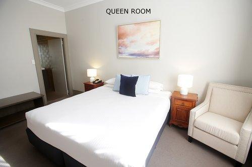 Queen Room 1.jpg