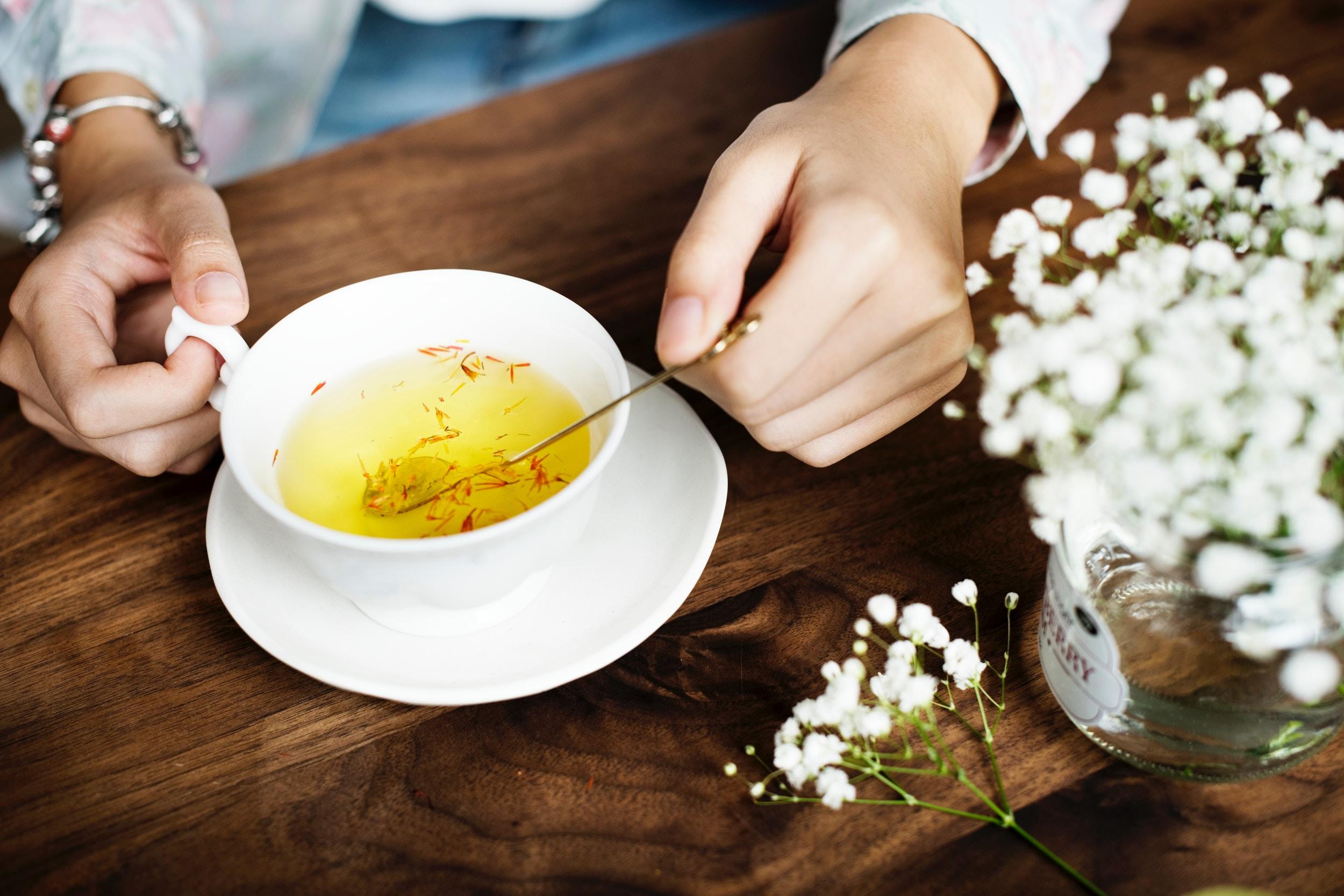 L'équipe Dynastea - Au fil du temps, Dynastea Box s'est agrandie et de nouveaux membres se sont joints au projet de Stéphanie. Manon, webdesigner et graphiste ainsi que Solène, chargée de la stratégie de marketing aident Stéphanie au quotidien. Passionnées de thé, c'est avec plaisir qu'elles dégustent des dizaines de thé chaque semaine pour vous partager leurs coups de coeur !