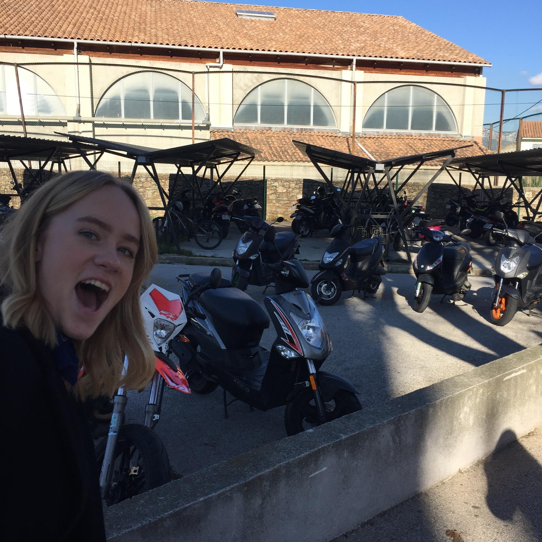 Scooter-parkering udenfor gymnasiet i la Seyne sur Mer