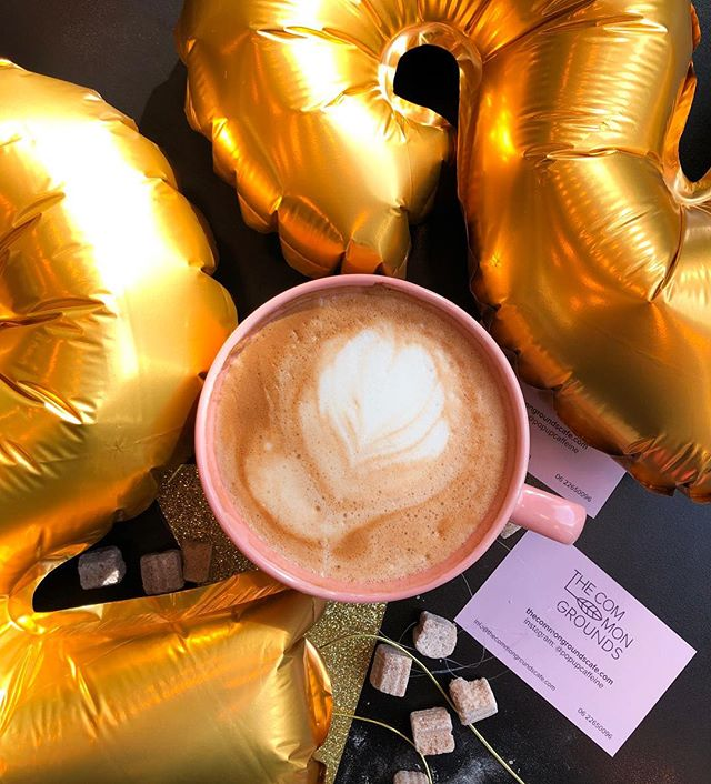 Feest! Vandaag ben ik jarig en dat vieren we natuurlijk met een vers gemaakte cappuccino 🥳☕️