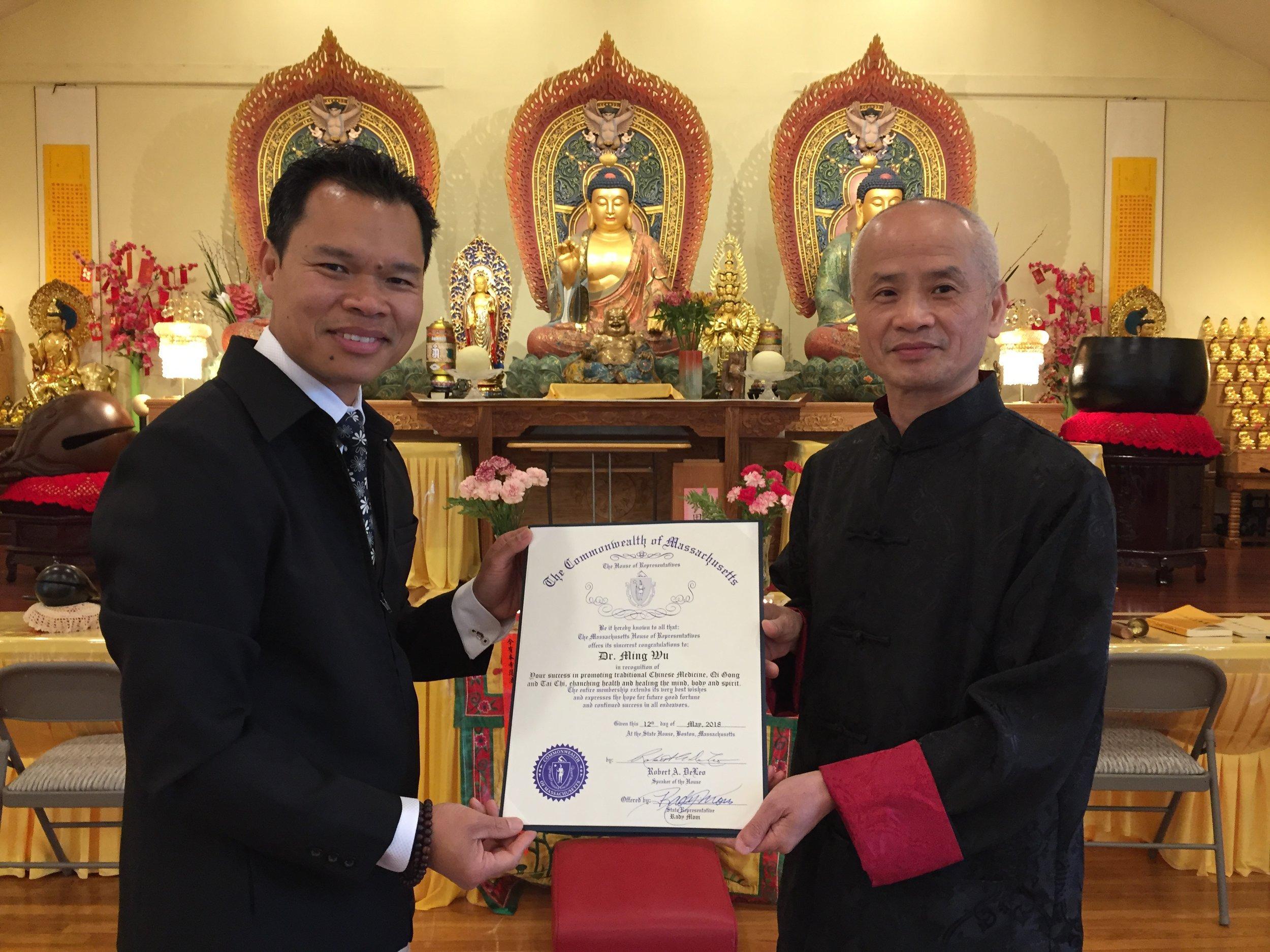 麻州议员Rady Mom向吴明杰会长颁发优秀贡献证书