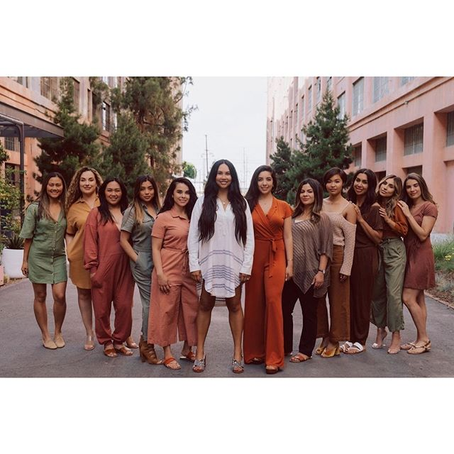 @thethingswedo.co SQUAD. We are mothers, daughters, friends, professionals. I made sure that the people that joined me on this journey to serve were the BEST I could find. We believe in inclusivity, bold confidence, self-care, and healthy skin. I have the honor of leading such a strong ship of women and I don't take it lightly. Here's to our ancestors and the women in our lives who came before us! May we honor them by living our lives fiercely and serving graciously. 🎉 I have an announcement to make this evening so make sure you join me! Going LIVE tonight at 6pm PST. 📸: @jessicasprowitz