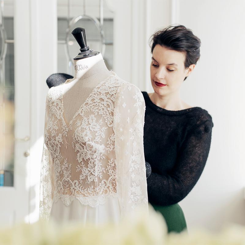 2009 - Na haar modeopleiding en stage bij modehuizen zoals Natan, ontwerpt Eva Janssens haar eerste maatwerk onder de naam Kollektie Eva. Winkel en atelier worden steeds meer met elkaar verweven, en in 2009 gaat de familiezaak onder één label aan de slag: Janssens Fabrics & Tailoring.