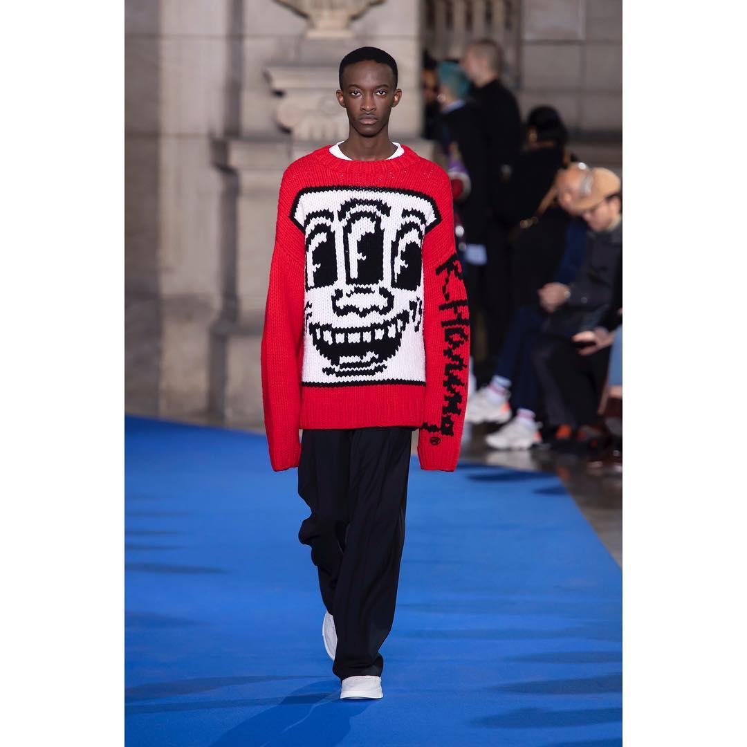 Études - Une collaboration avec Keith Haring riche en couleurs et en motifs. Sweatshirts, combinaisons et pantalons XXL accompagnent l'homme Études.