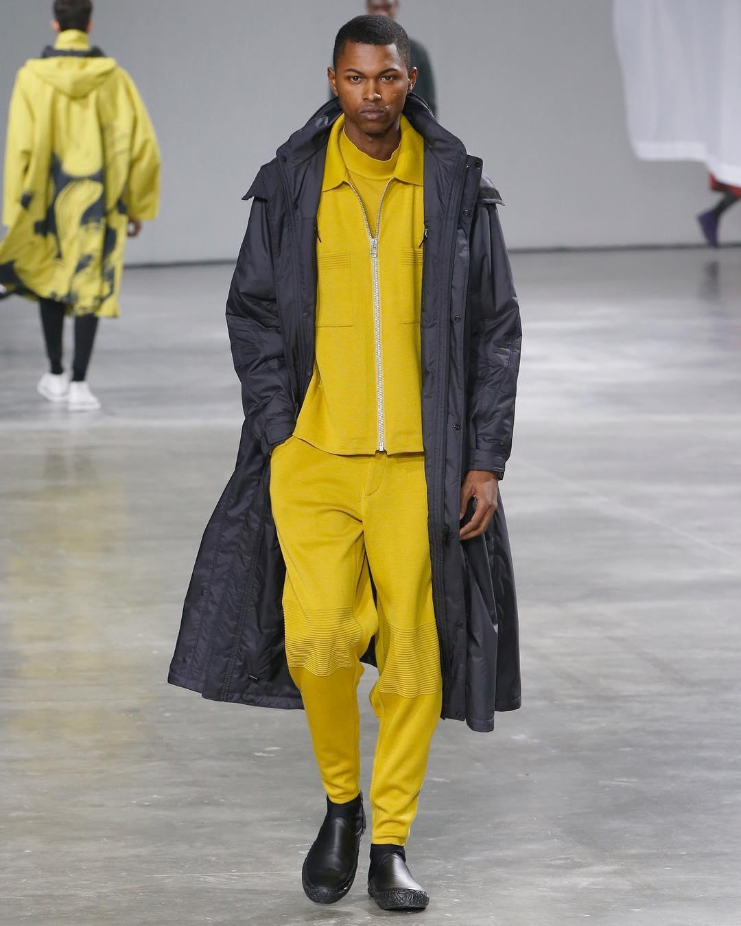 ISSEY MIYAKE - Le jaune et noir se mélangent durant toute cette collection. Le sportswear japonais ultra moderne aux coupes droites et précises est gonflé par des parkas pour donner de la légèreté et de la dimension aux looks.