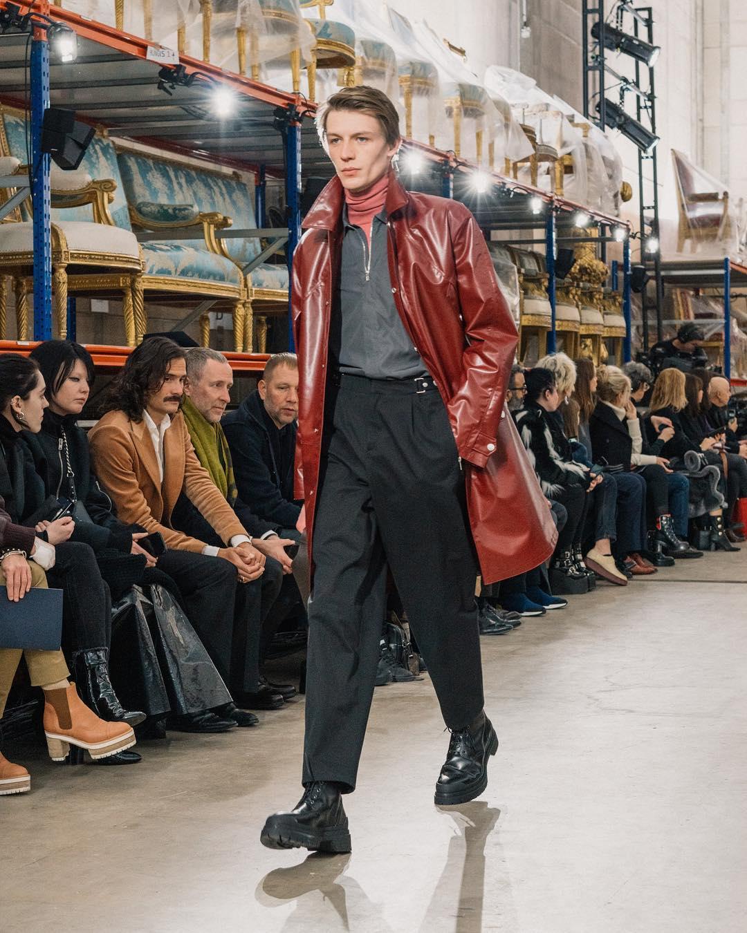 Hermès - Perfecto de cuir ultra chic, veste smart avec coupe morderne. Manteau Rouge Hermès fait de cuir ciré. Parka confort et bien taillée. Veste en laine aux poches asymétriques. L'homme Hermès va droit à l'essentiel.
