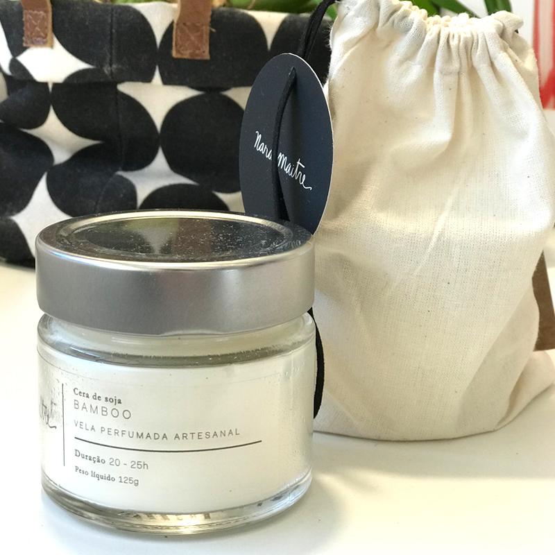 ela Nara Maitre - Aroma bamboo - R$58,00   A vela, em cera de soja, vem acompanhada de 1 saco na cor cru com fita de couro preta