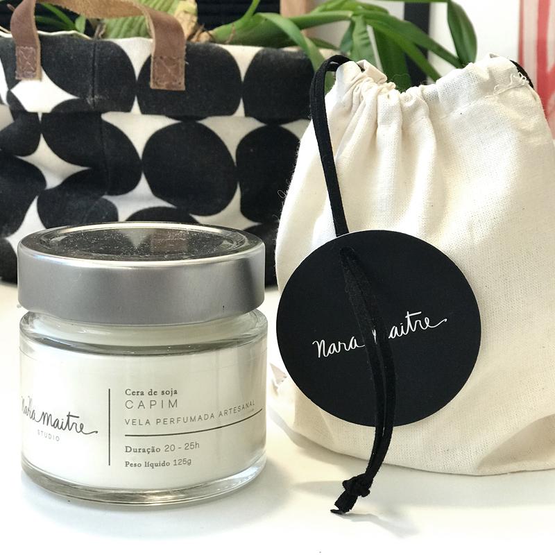 Vela Nara Maitre - Aroma capim - R$58,00   A vela, em cera de soja, vem acompanhada de 1 saco na cor cru com fita de couro preta
