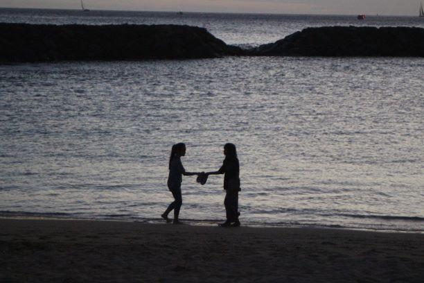 Two children at dusk on Ala Moana Beach (photo: Brent Petersen)