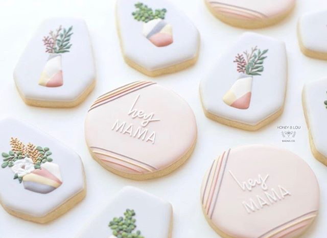 How GORGEOUS are these Mother's Day cookies from @honeyloubaking ?! Wishing I had these piping skills. Happy day mamas.
