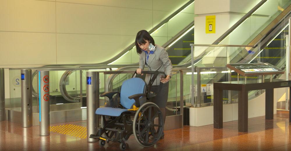 (車椅子を運ぶ空港スタッフ)
