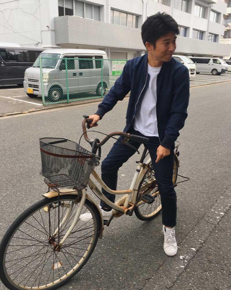 ママチャリに乗る田口氏