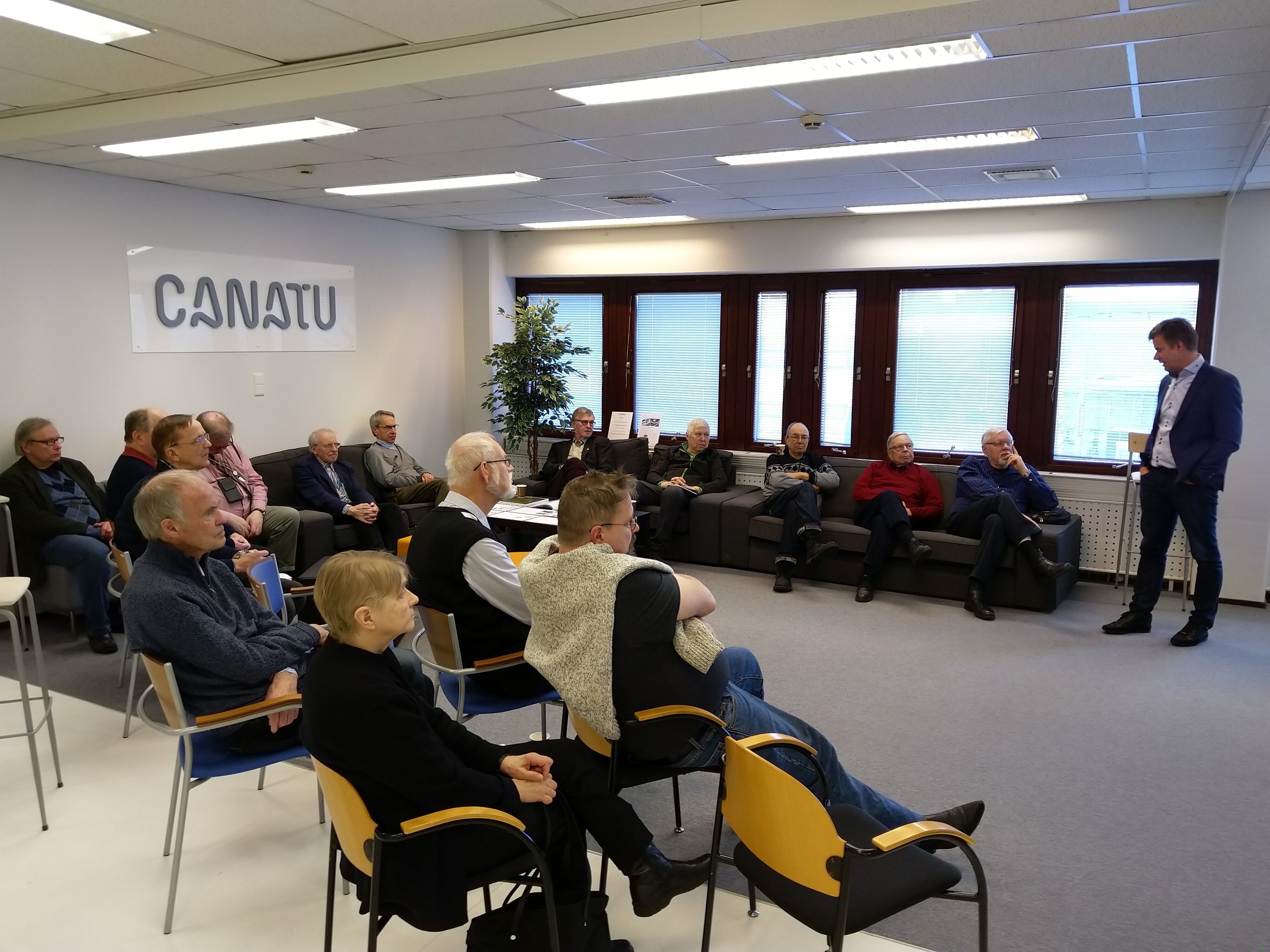 Toimitusjohtaja Juha Kokkonen avaa Canatun ekskursiotilaisuuden - TiES:sin vierailijat Canatulla