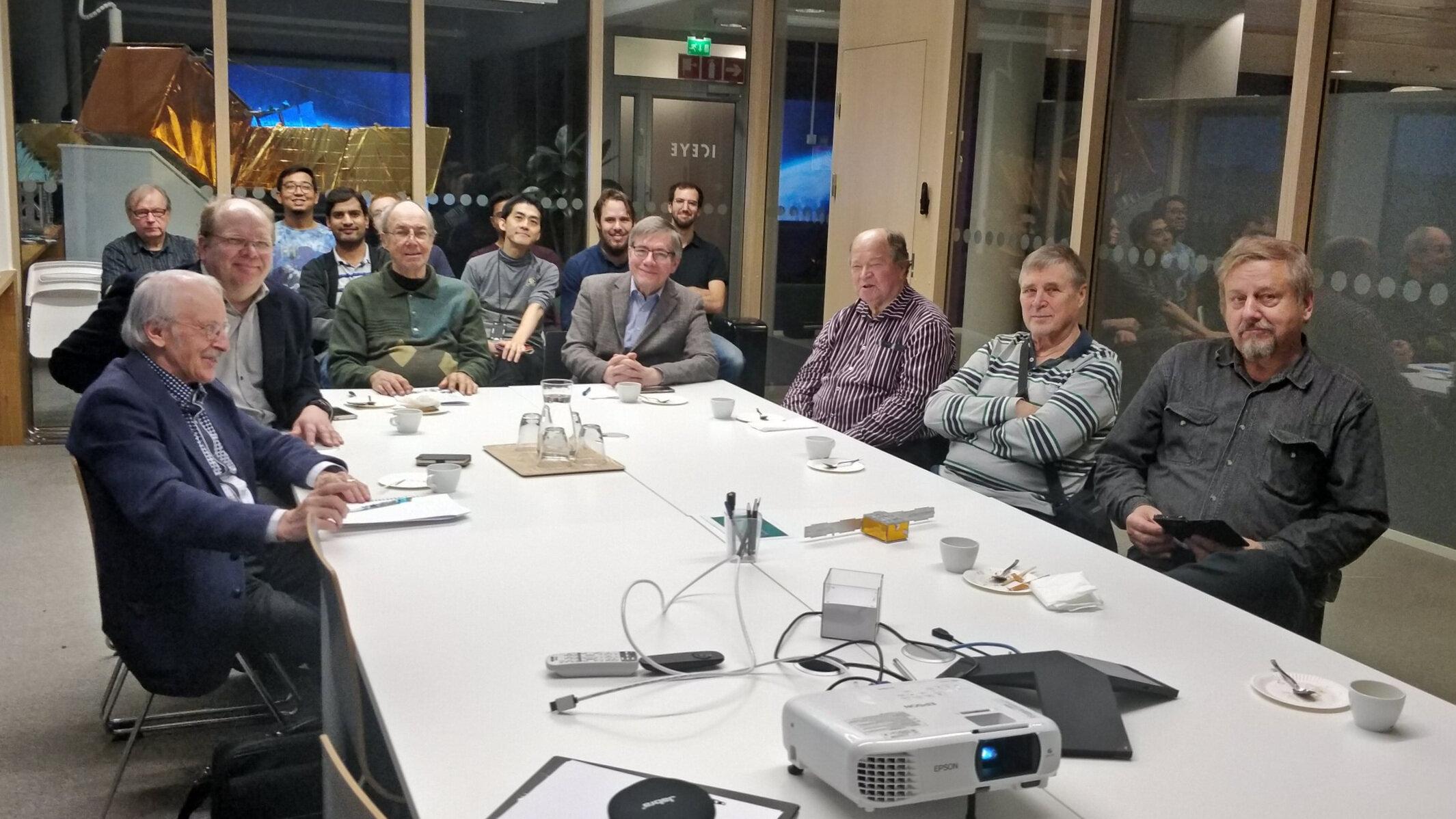 E-illan osallistujia - Chris Winqvistin avaus - TiES:n jäsenillä oli erinomainen tilaisuus osallistua mielenkiintoiseen ICEYE:n ekskursioon torstaina 24.10.2019. Heti alkuun tuli selnväksi, että olemme huippumielenkiintoisessa yrityksessä vieraana, kun saimme ohjeeksi jättää älylaitteet (puhelimet, apple kellot ym.) yhteen huoneeseen ennen varsinaisiin tuotanto- ja testitiloihin tutustumista. Kaikenkaikkiaan meitä oli saapuvilla 25 henkilöä ja E-illan isäntänä toimi Christoffer Winquist, Business Development Director ja satelliittitekniikkaa esitteli Julio Castillo, Technical Lead, Product Software Engineering .