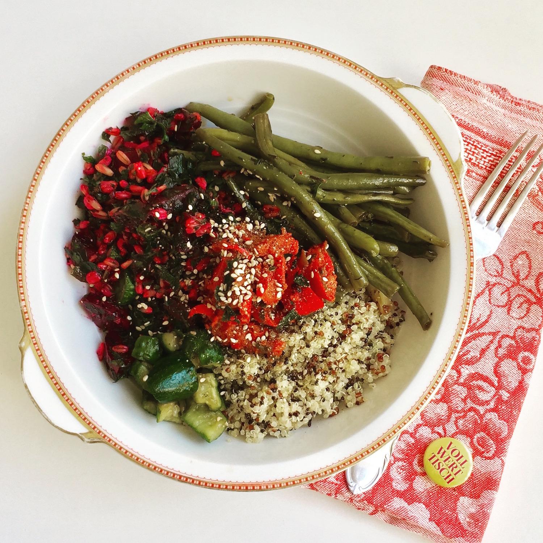 Quinoa Bowl mit Rote-Bete-Gerste, marinierten Bohnen und japanischem Gurkensalat