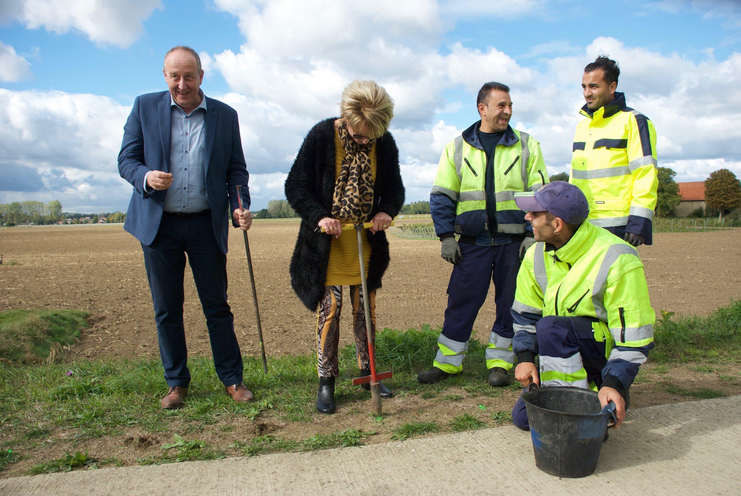 Schepen (BE) en wethouder (NL) planten eerste bol langs de Maas