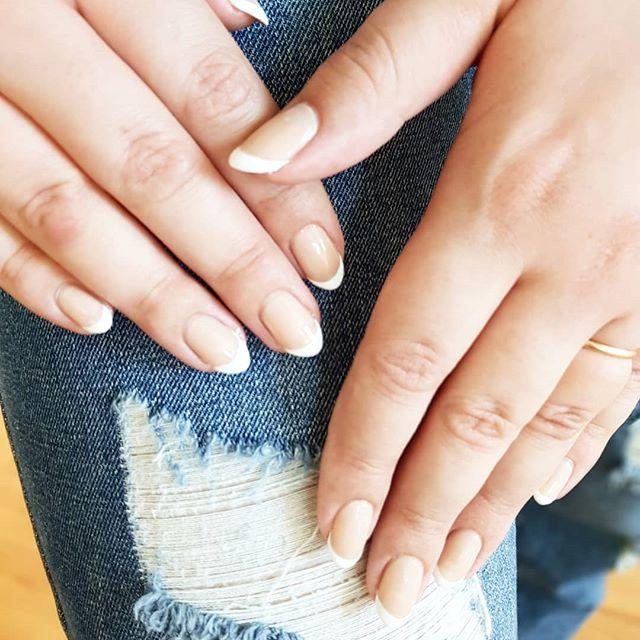 Oh lala 💅  Hanki kesän juhliin aina yhtä tyylikäs, joka väriin sopiva ranskalainen manikyyri.  Ranskalainen manicure kestolakkaus menetelmällä (sisältää kädihoidon) 50€ . . . #beautystudiofokus #frenchmanicure #manikyyri #ranskalainenmanikyyri #käsihoito #manicure #shellacmanicure #shellacsuomi #shellaclakkaus #shellackynnet #kestolakkaus