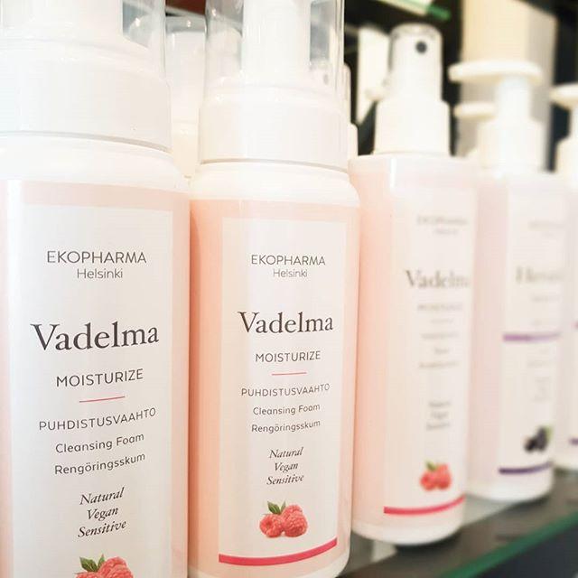 TAAS SAATAVILLA!! Ekopharman VADELMA puhdistusvaahtoa 💕  Hellävarainen ja silti niin tehokas koko kasvojen sekä silmämeikin puhdistukseen vadelma uutetta sisältävä puhdistusvaahto.  Huom! Ei kuivata ihoa sekä erittäin riittoisa  Vadelma puhdistusvaahto 🌸250ml 🌸24,50 €  Ps. Mun luottotuote 👍  #beautystudiofokus #ekopharmahelsinki #kauneushoitolahelsinki #ihonhoito