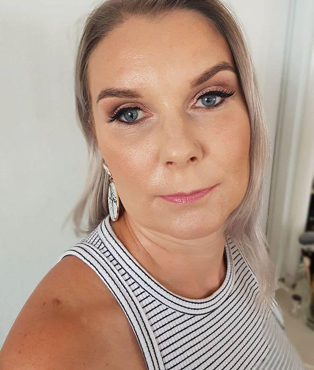 Vähän juhlavampaa festarimeikkiä tälle säteilevälle daamille 💕 . Psst! 👉 muistakaa osallistua edellisen postauksen meikkiarvontaan, voitte voittaa juhla- / häämeikin . . . #beautystudiofokus #juhlameikki #festarimeikki #parhaatjuhlalookit #beautymakeup  #makeupbyme #meikkaaja #meikkaajahelsinki