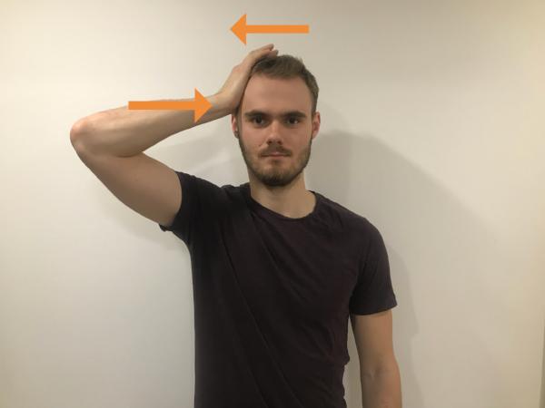Sadnite si alebo v stoji zaujmite vzpriamenú polohu. V prípade cvičenia na pravú stranu uložte dlaň na pravý spánok a v prípade ľavej strany na ľavý spánok. Hlavu držte v neutrálnej polohe a vytvorte tlak hlavy do dlane a dlaňou do hlavy. Hlava ostáva opäť bez pohybu. Tlak udržiavajte po dobu 10 sekúnd, zopakujte 3x na obe strany.