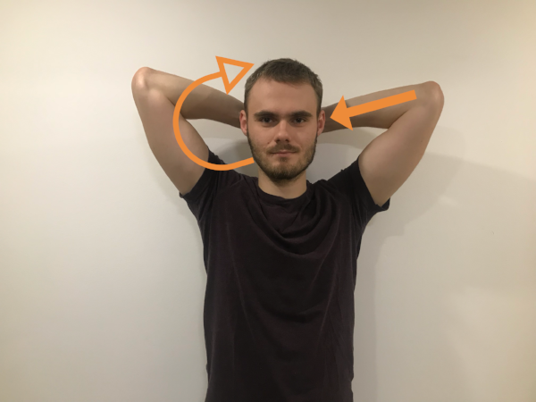 Sadnite si alebo v stoji zaujmite vzpriamenú polohu tela a obe ruky dajte za hlavu na temeno. Hlavu držte v neutrálnej polohe a vytvorte tlak dlaňami do hlavy a hlavou do dlaní. Hlava ostáva opäť bez pohybu. Tlak udržiavajte po dobu 10 sekúnd, zopakujte 3x na obe strany.