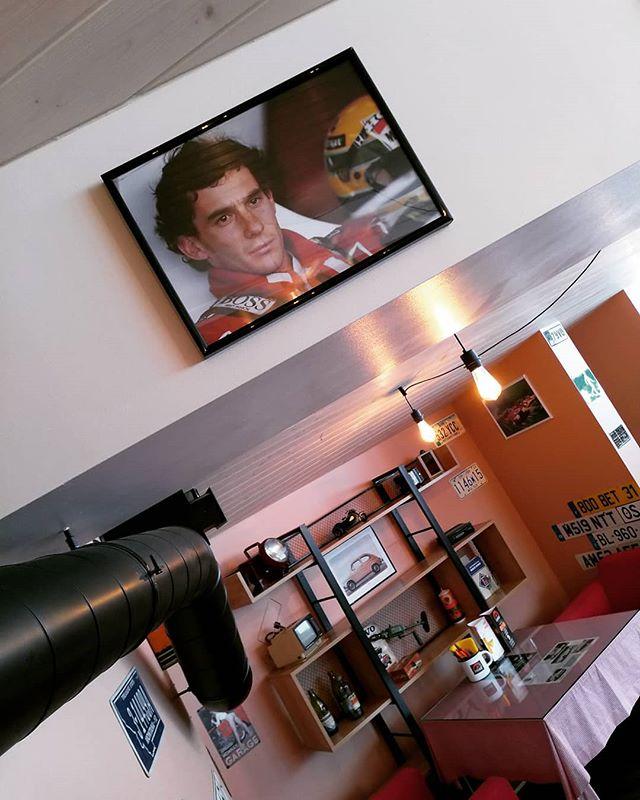 Ayrton Senna Бразильский автогонщик, трёхкратный чемпион мира Формулы-1. По итогам опроса, проведённого британским еженедельником Autosport среди бывших и действующих участников чемпионата Формулы-1, Сенна был назван лучшим гонщиком в истории Формулы-1.  GARAGE pizza & pasta Tallinn #garagetallinn #таллиннЕст