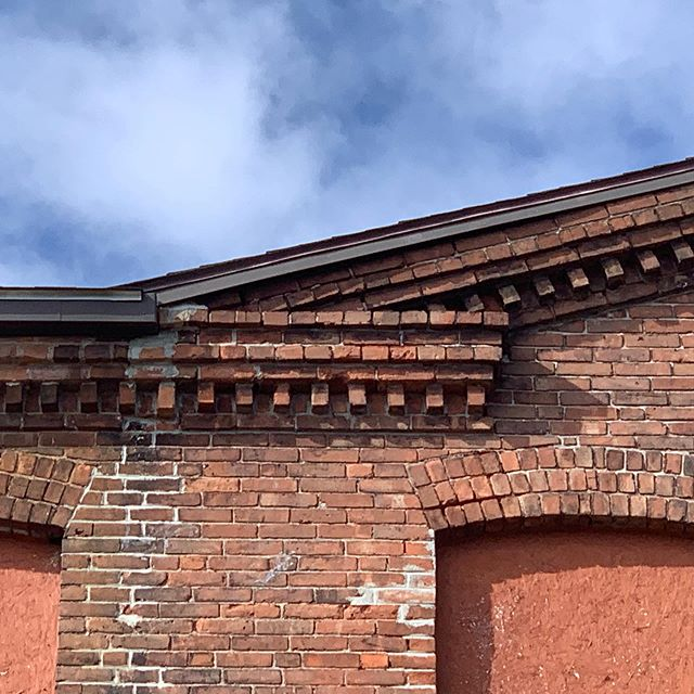 Is there anything more beautiful than brick masonry detailing? No. No there is not. #newhavenclockfactory #masonry #masonrydetails #details #oldmasonry #masonryconstruction #architecture #historicpreservation #affordablehousing #rehab #historicrehab #whatanarchitectdoes