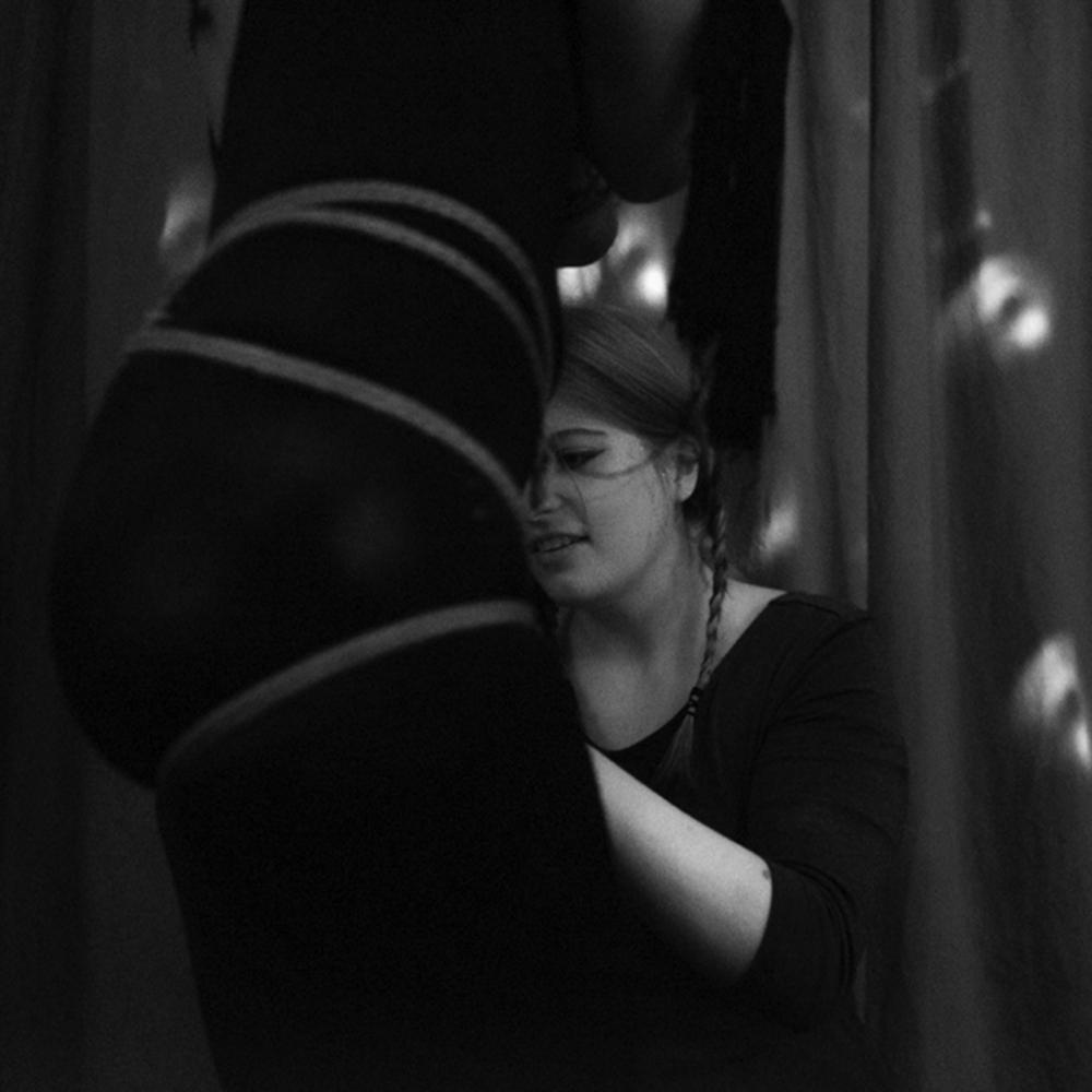 Bondage - Das Fesseln ist eine wunderbare Möglichkeit, mit seinen Lover*innen zu flirten, zu spielen und erotische Erlebnisse zu erschaffen. Lerne in diesem Basiskurs das Wichtigste über den Knoten, Sicherheit und Technik beim Fesseln sowie auch die Grundpraktiken von BDSM und die emotionalen Aspekte des Fesselns.