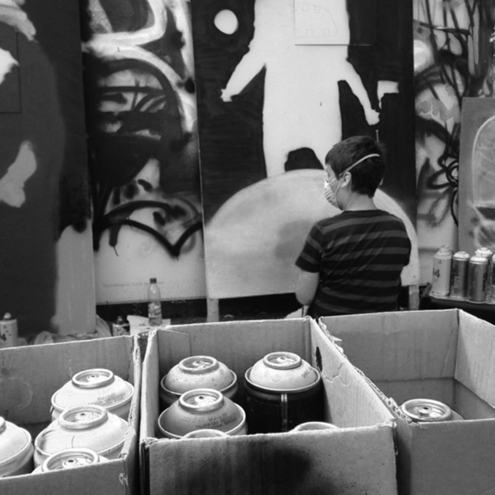 Graffiti - Hast du Bock, mal Druck in einer anderen Form abzulassen? Mit bunten Zeichen und Bildern an der Wand? Wir bieten einen Graffiti-Workshop für alle von Anfänger*innen bis Fortgeschrittene an. Das Material ist da, du kannst kommen und malen, Styles und Schmierereien, Namen und Parolen. Tipps und Trick gibt's von erfahrenen Sprayer*innen.