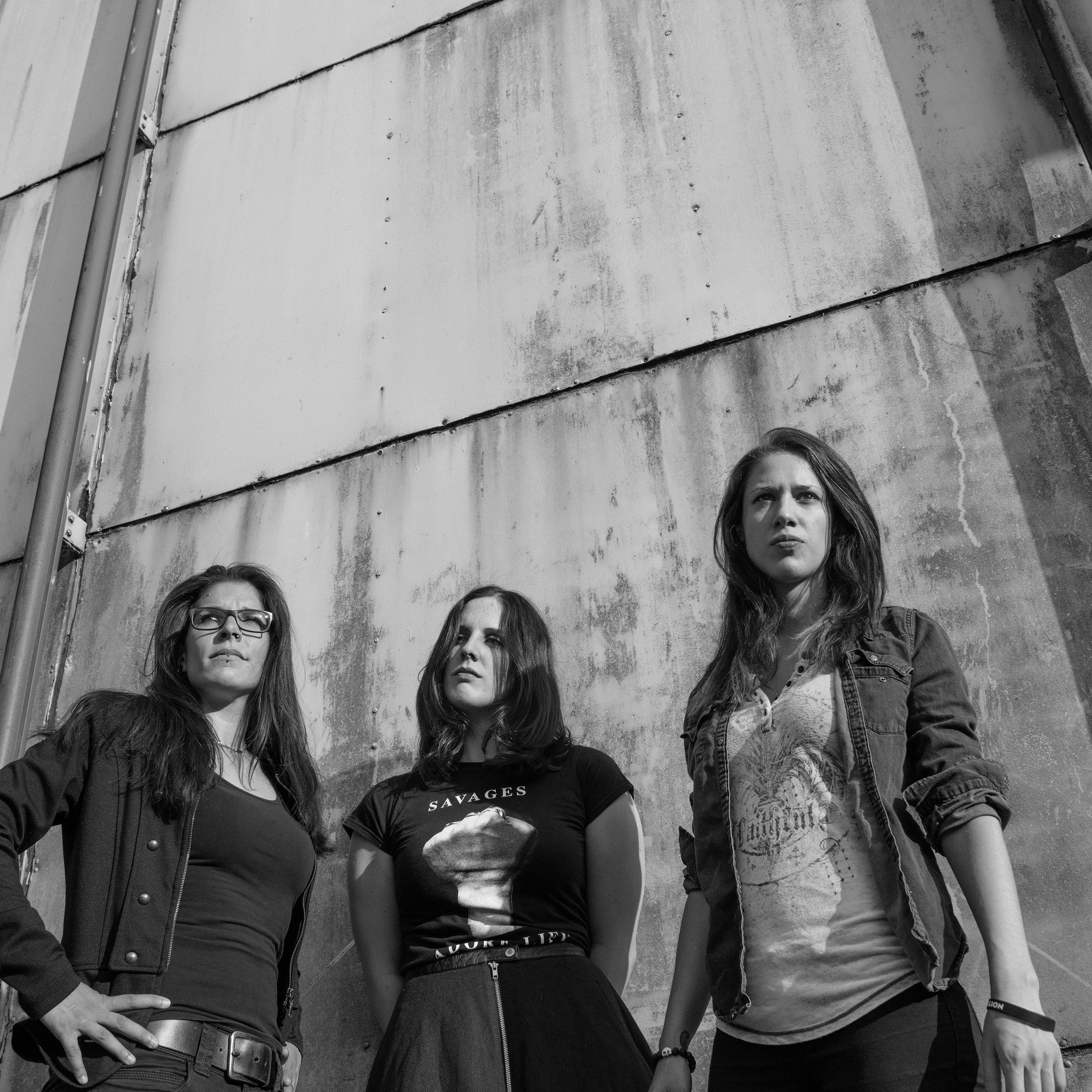 Dead Milly - ZRHWer ist Milly, und wieso ist sie tot? Das Zürcher Trio Dead Milly spielt tanzba- ren Alternative Rock irgendwo zwischen Mittelmeer, Reisefieber und dem drin- genden Wunsch nach mehr lauten Gi- tarren. Die drei Musikerinnen werfen ihre Musikpräferenzen in einen grossen Topf und rühren kräftig in dieser Suppe aus Metal, Rock'n'Roll und Popmusik. Nach dem Erscheinen der Debut-EP «refused» im 2018 spielte DeadMilly eine kleine Osteuropatour im Mai 2019 und ist nun zurück auf unseren Bühnen.