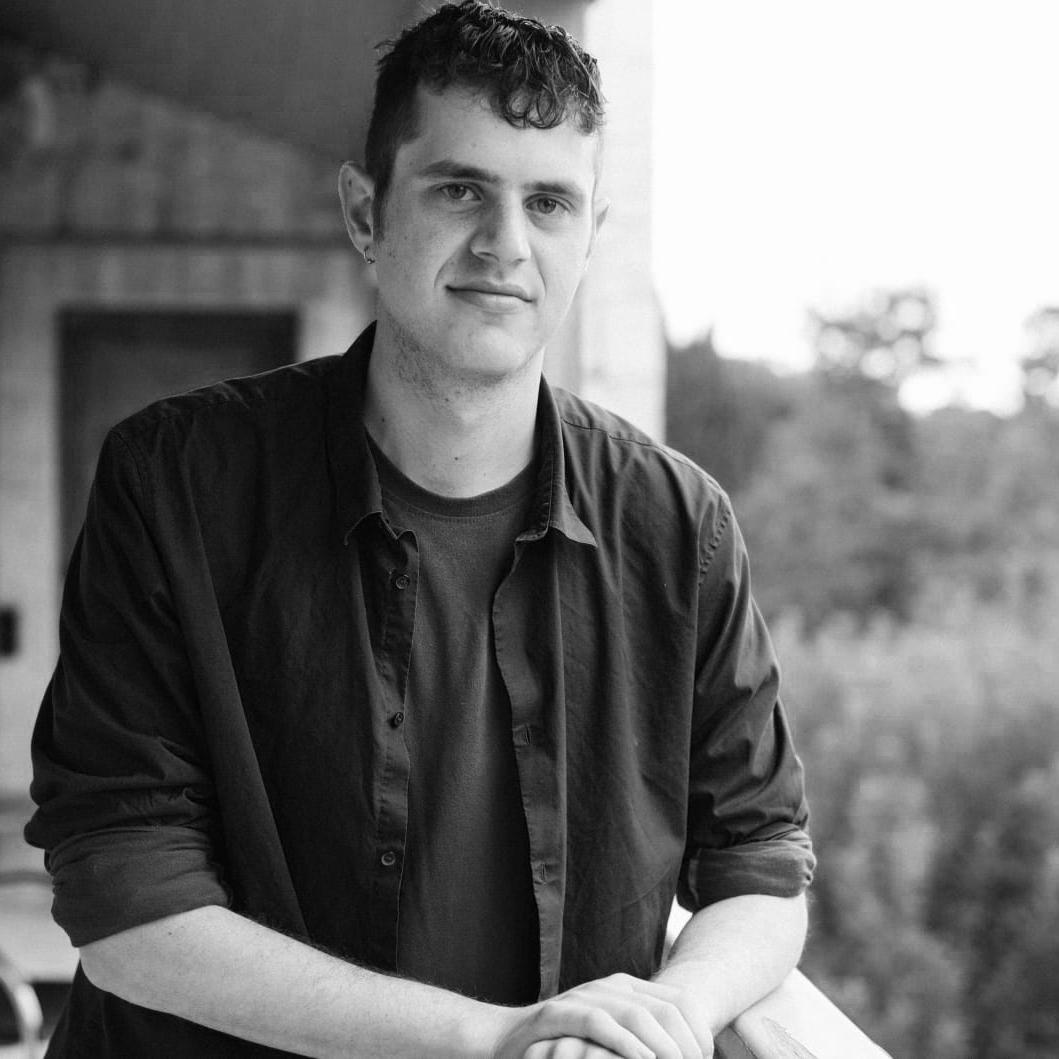 Eyal - jerusalem • instagram • youtubesamstag 18:00Eyal Lurie-Pardes aus Jerusalem ist Sin- ger-Songwriter und gehört sozusagen bereits zum Stamm-Ensemble des lila. In Israel ist er als engagierter LGBT-Aktivist bekannt, in seinen Songs schreibt er mehr über persönliche Themen. Doch allein schon die queere Sichtweise auf das Leben, die in seiner Musik mal mehr, mal weniger subtil zum Vorschein kommt, haben Potenzial Veränderung voranzutreiben.