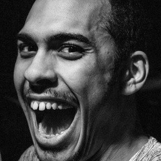 Edwin - zürich • instagram • youtubefreitag 21:00Edwin Ramirez ist ein Stand-Up Comedian und Performance Künstler aus Zürich, dessen Arbeit sich darauf fokussiert, alltäglichen Ableismus und Rassismus aufzuzeigen. Seit dem Herbst 2018 unterstützt er die Future Clinic for Critical Care, bei der es um Fürsorge und Behinderungen geht. Er arbeitet künstlerisch als Autor, Darsteller und Dramaturg und hält zudem Vorträge zu Afrofuturismus und Science-Fiction als Inspiration zur Veränderung von Gesellschaftsstrukturen.