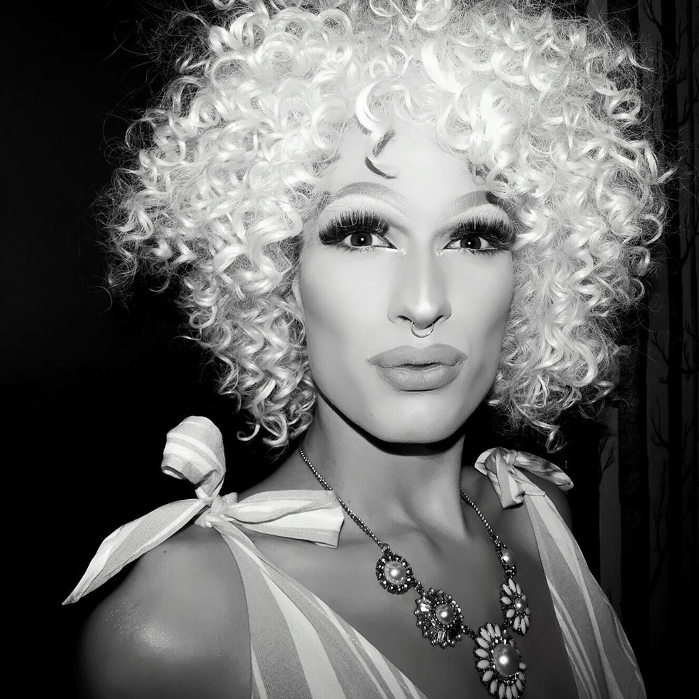 Amy Strong - berlin • instagramsamstagnacht 01:30Amy Strong – Drag Queen und Performer aus Berlin. Die junge Künstlerin beschreitet jede Woche nicht nur die Bühnen der Hauptstadt, sondern inzwischen auch Europas. Ihre Party wurde bereits zur besten queeren Party Berlins ausgezeichnet. Gemeinsam mit anderen Queens und Kings macht sie sich immer wieder stark gegen Rassismus und Homo-, sowie Trans*phobie. Ihren Stil beschreibt sie als lieb aber sexy und als eine ständige Entwicklung. Zu ihren Lieblings-Ikonen zählen P!nk und Amy Winehouse. Erlebt Amy Strong beim Verlust ihrer Jungfräulichkeit.