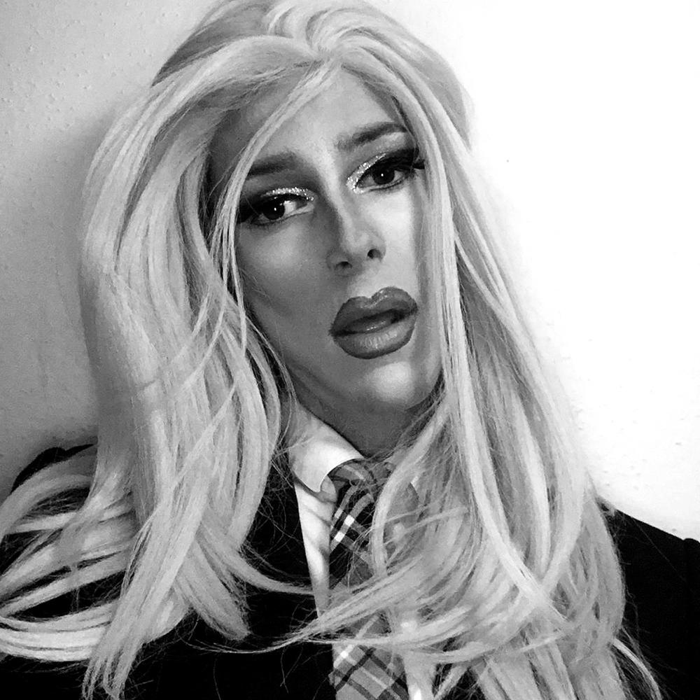LaMer - luzern • instagramsonntag 12:30LaMer will in die Politik: Sie steht ein für alleinerziehende Mütter, mehr Frauen im Parlament und besseren Sex. Der Weg zum Erfolg ist nicht leicht, doch LaMer zeigt in ihren Shows, dass auch dumme Leute gewählt werden können - mit Comedy, Musik und einer Prise Glitzer kämpft sie sich nach oben, für die queere Revolution!