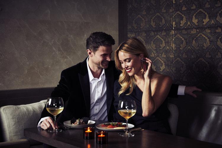Honeymoon romantic dinner in Paris