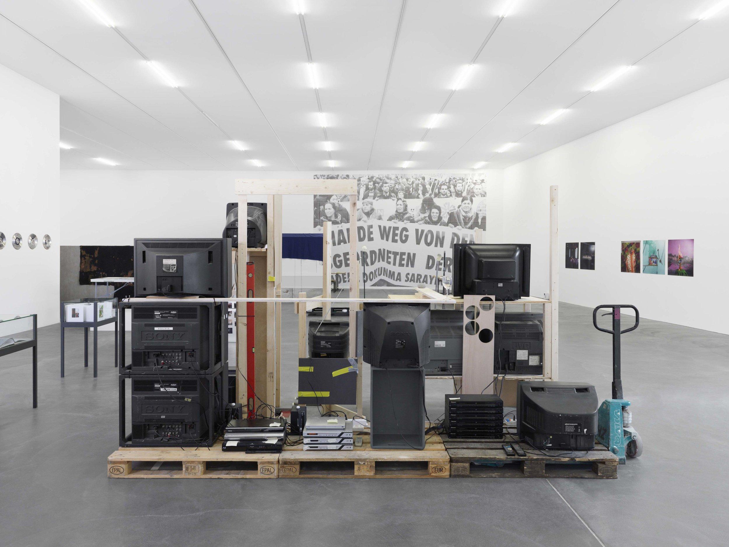 Media : sculpture, 11 films on screens, wood, pallet, roller, level, wine glass, technical instructions / 2017 / Photo credit: Annik Wetter, kunsthalle zurich