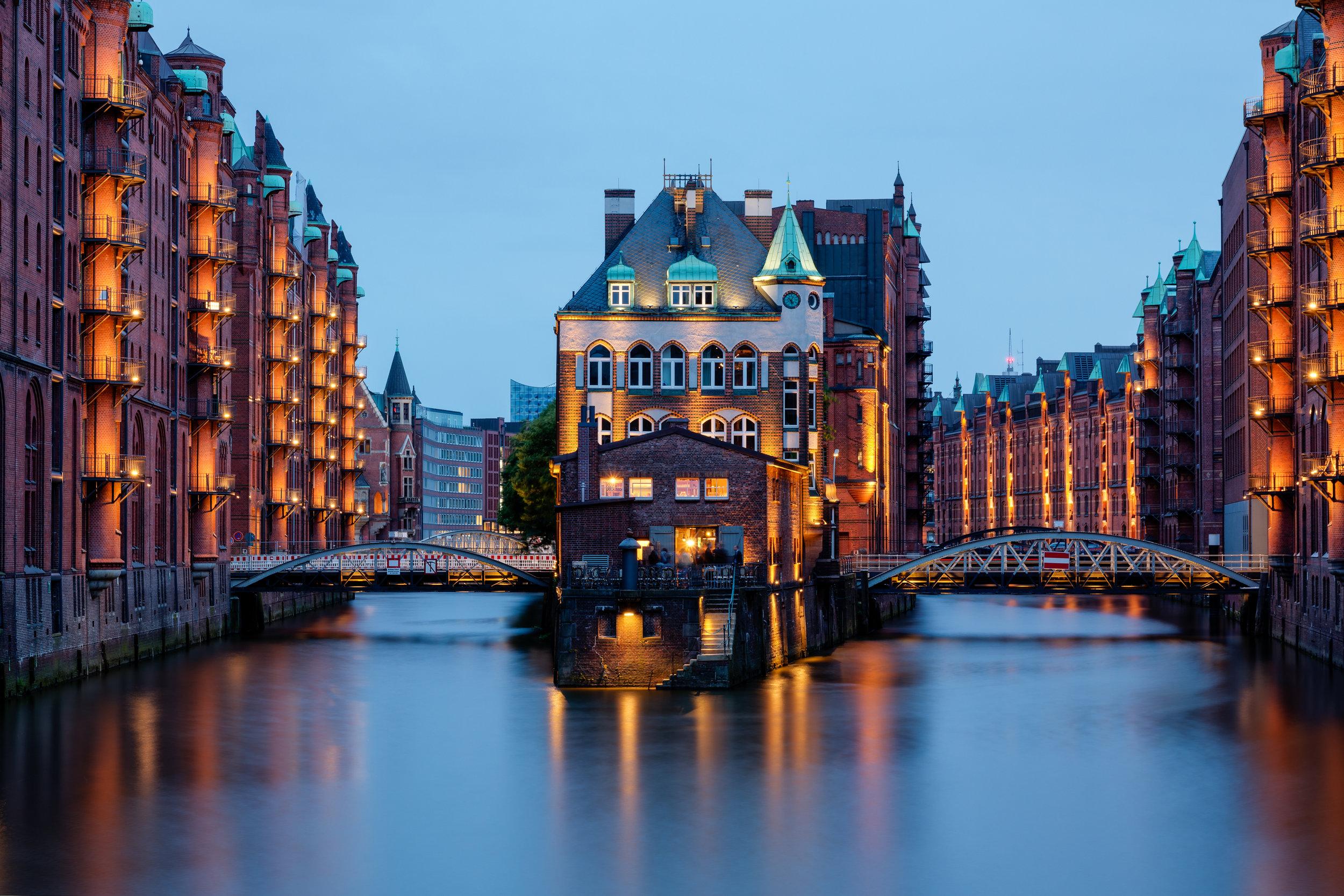 Hamburg,_Speicherstadt,_Wasserschloss_--_2016_--_3230-6.jpg