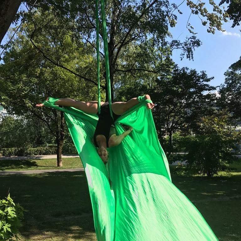 Aerial Silks Class - Jeden Dienstag um 19.15 Uhr findet eine Aerial Silks Class statt. In unseren Aerial Silks Classes wollen wir die Basics der unteren Level perfektionieren und sie mit tollen Elementen zu anspruchsvolleren Kombinationen weiterentwickeln. Wir arbeiten mit verschiedenen Knoten und Loops und auch mit kleinen Drops und Drehungen. Macht mit und taucht ein in die tolle Welt von Aerial Silk ❤Aerial Silks Class ist eine einzeln buchbare Einheit. Die Class kann auch wöchentlich besucht werden, da immer neue Inhalte unterrichtet werden. Ohne Voraussetzungen!