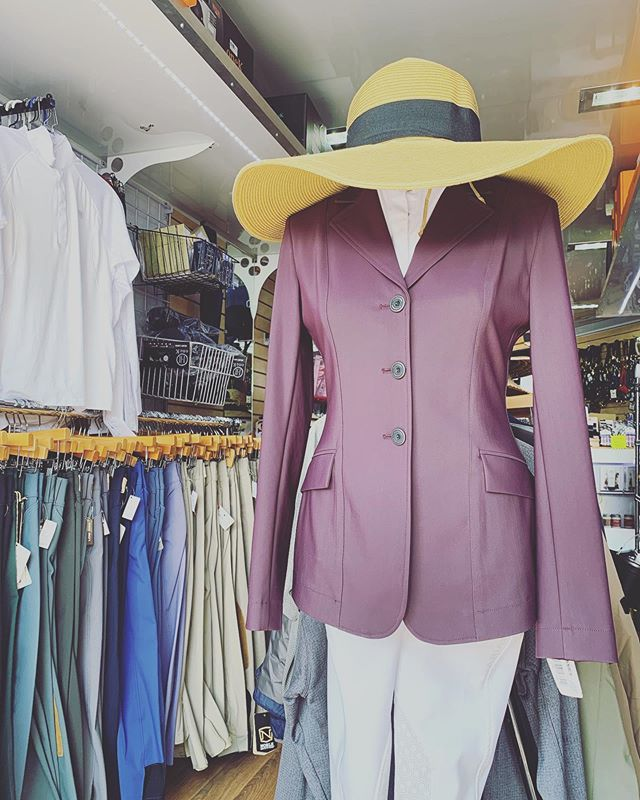 Is it just us or is this burgundy jacket to die for 😍🤤 feel confident, comfortable and be original in this @r.j.classics