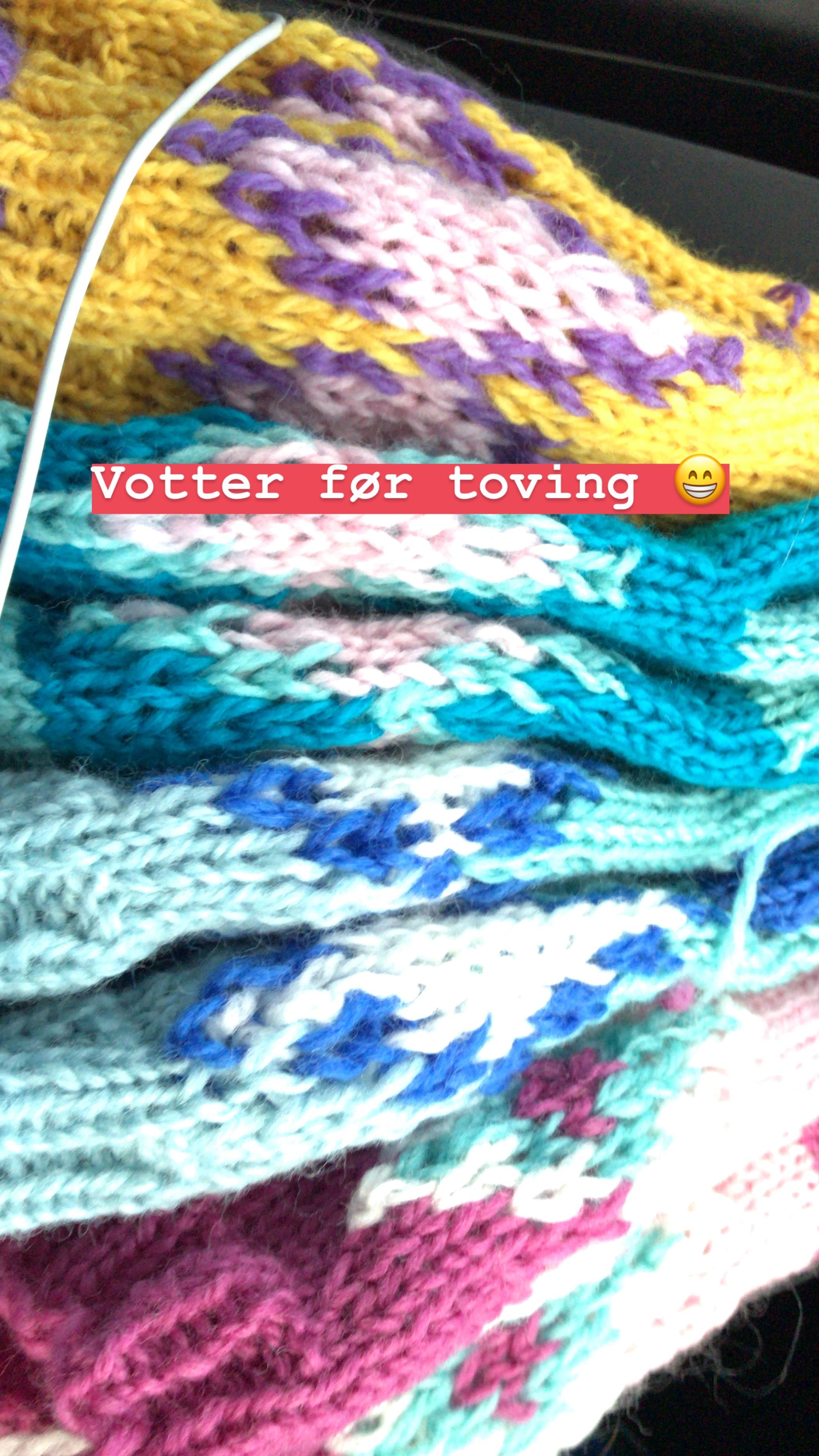 - Her er forskjellige farge kombinasjoner av vottene før toving