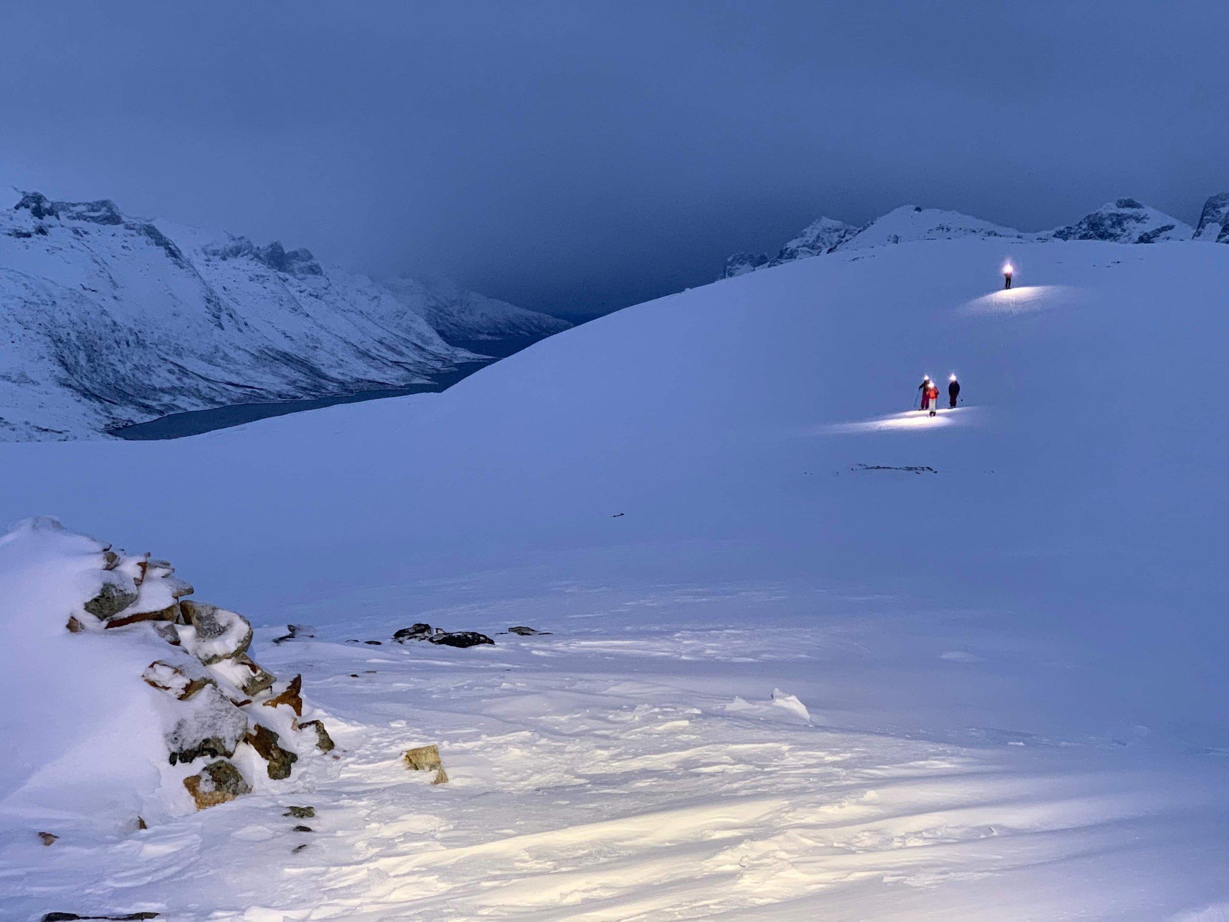 På vei fra lille toppen mot Ersfjorden, klare for nedkjøring.