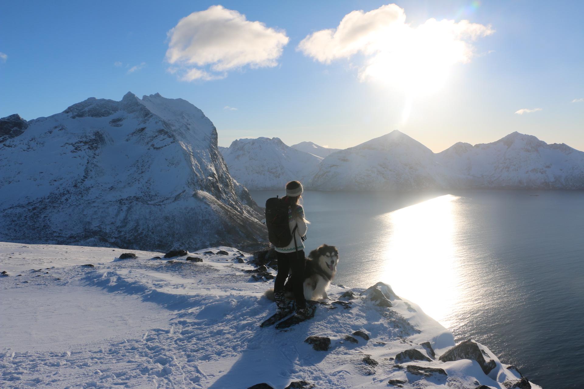 Pernille og Anton. Skamtinden 882 moh til venstre